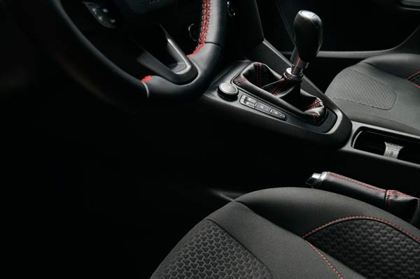 Focus RedBlack 2015.10.26-cars-ford-focus-rb-interior-2